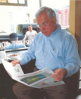 News-fix on Neponset Ave. : Mayor Tom Menino gets his weekly dose of the Reporter at the Mud House, Neponset Ave., 2007. Photo courtesy Mayor's Office